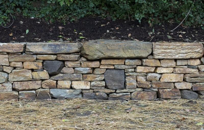 камни в ландшафтном дизайне - красивая стена