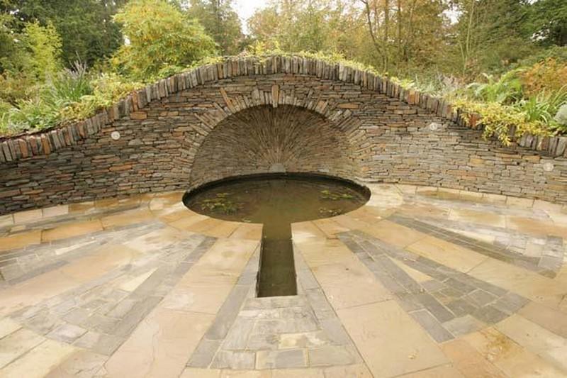 Камни в саду - отделка пруда
