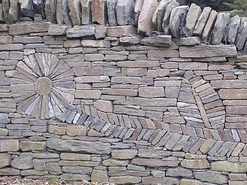 Красивая стена из камня в саду