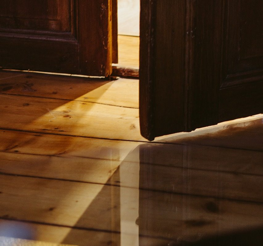 Устройство пола в деревянном доме - самоклеющийся плинтус