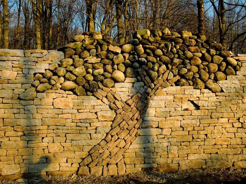 Камни в ландшафтном дизайне сада - стена из камня