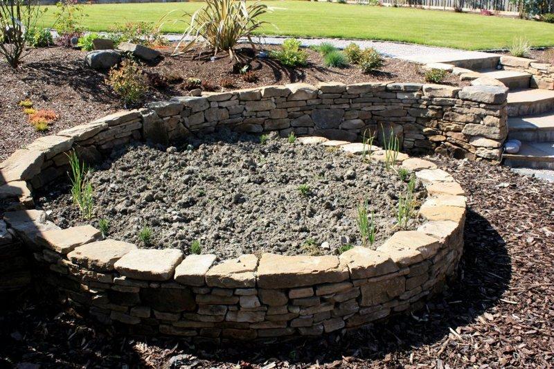 камни в саду - дизайн клумбы