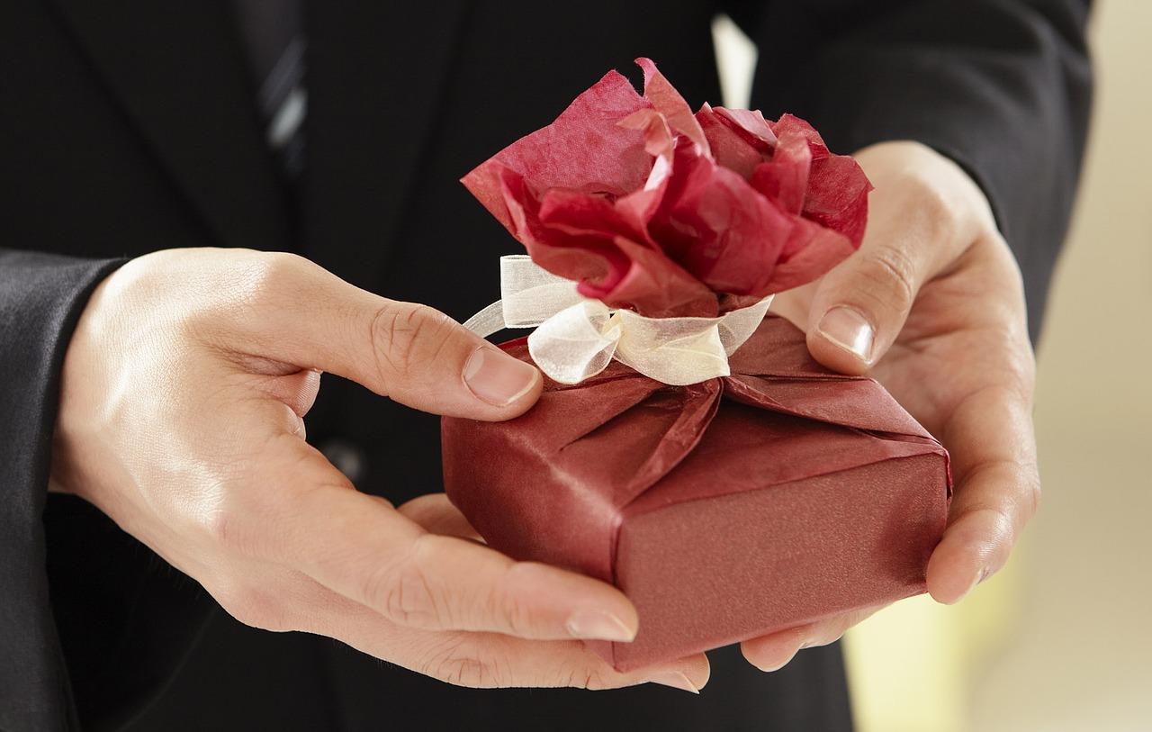 Как упаковать подарок на Новый год и Рождество 4