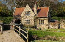 Красивый дом в деревне — коллекция фото