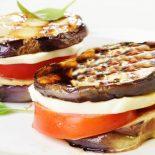 Башенки из баклажанов с помидорами и сыром