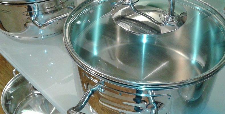 Металлическая посуда на современной кухне